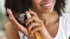 Desde os tempos das nossas avós, os óleos sempre foram usados como um recurso acessível e natural para cuidar da beleza da pele e cabelos. O óleo de babosa, muito antes de cair nas graças da indústria cosmética, já fazia parte do arsenal de beleza para hidratar e ajudar no crescimento do cabelo das mulheres negras, que durante muitos anos alisavam seus fios por meio de métodos muito agressivos.