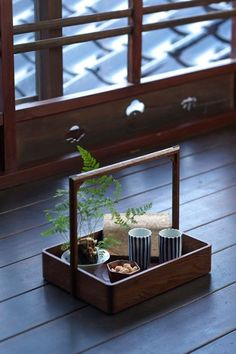 A gorgeous antique box with a handle transferred into a tea tray. Japanese Tea House, Japanese Home Decor, Japanese Interior, Japan Design, Chinese Tea Room, Tea Culture, Tea Tray, Wood Tray, Cafe Interior