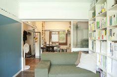 神代団地(調布市)の西湖さん宅。居間とキッチンをつなげて広く使っている。手前の居間は、かつては両親の寝室も兼ねていた(写真:ゆかい)
