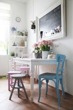 A właściwie kącik jadalniany - różne krzesła w różnych kolorach, tablica w gigantycznej ramie i stary stół... Taki pastelowy shabby chic - przyznajcie, że bardzo sympatyczny :)  foto:foerdefraeulein