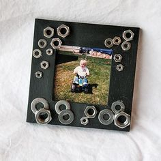 Este estupendo y original marco decorado con tuercas y arandelas y en su interior la foto de su pequeño es el regalo ideal para el próximo día del padre...