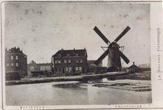 Dit is één van de oudste foto's van het Oude Noorden van omstreeks 1875. Het rechter huizenblok staat op de hoek van het Zwaanshals . Tussen de twee huizenblokken begint de Noordmolenstraat. Op de achtergrond is nog net de koepel van het huis van bewaring van de Noordsingel te zien. Als je latere foto's bekijkt van de hoek Noordplein en Noordmolenstraat dan is het nog steeds hetzelfde huis als dat helemaal links staat en dus al van voor 1875 moet stammen ....