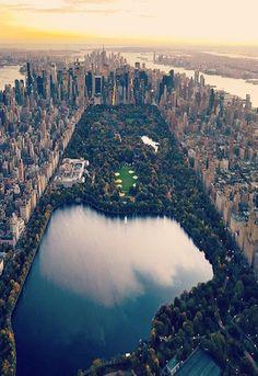 """Lieber Dschinni, ich habe am 11.11.88 geburtstag und """"New York, New York."""" Ich wünsche mir eine Reise dorthin zusammen mit meiner Schwester, denn wir beide schwärmen für große Vielfalt und unbegrenzte Möglichkeiten und möchten zusammen dort die Zeit verbringen."""