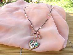 colar envelhecido,feito com corrente,cristais e coração de cloisonne,todos em tons rosa.