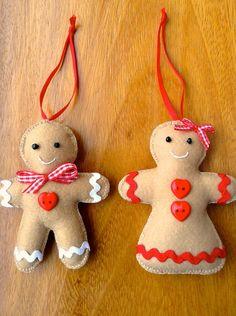 Kit com dois enfeites para árvore de Natal (casal), o Gingerbread Man e a Gingerbread Woman.  Feitos em feltro, totalmente costurados e bordados à mão com linha de bordar 100% algodão, miçangas, fita e sianinha. As cores das sianinhas podem variar. R$ 30,00