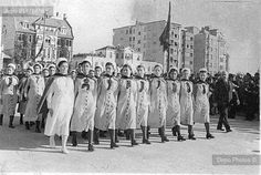 1935 yılında İstanbul'daki Cumhuriyet Bayramı törenlerine katılan sağlık personeli