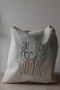 "Sac en coton couleur naturelle avec des grandes lanières - 38x42cm inscription ""all you need is chocolate"" noir et marron Possibilité de personnalisation (motif, couleur, inscri - 14560721"