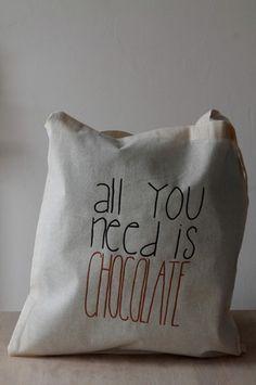 """Sac en coton couleur naturelle avec des grandes lanières - 38x42cm inscription """"all you need is chocolate"""" noir et marron Possibilité de personnalisation (motif, couleur, inscri - 14560721"""