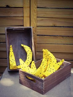 bananes en pliage papier. #banane #banana #pois #party #anniversaire #birthday #fete #paperaddict #papercraft #rosecaramelle Banana Party, Birthday, Banana, Birthdays, Dirt Bike Birthday, Birth Day