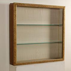 Anta con vetro composta da cornice antica intagliata e dorata. Ripiani in cristallo.