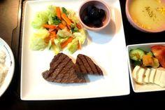 夕ご飯(10/1):ステーキ、温野菜(人参、キャベツ、我が家の小松菜)、豆腐サラダ(トマト+胡瓜+クルトン)、コーンスープ(ポッカ^^;)、白米、ぶどう。