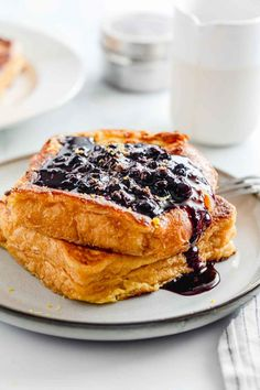 This Quick Blueberry French Toast is a simple, 15-Minute breakfast or brunch recipe that both kids and adults will love. Warm goodness consisting of three layers. A soft, fluffy, perfectly cooked interior of the toast, golden-crunchy edges, and a luxurious, rich, delicious blueberry sauce on top. #frenchtoast #howtomakefrenchtoast #jernejkitchen #sweetbreakfast #brunch #blueberrysauce #blueberries Blueberry French Toast, Blueberry Topping, Make French Toast, Blueberry Sauce, Brunch Recipes, Healthy Breakfast Recipes, Sweet Breakfast, Incredible Recipes, Light Recipes