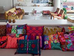 Almofadas coloridas e com tecidos vibrantes - Apesar de simples, o impacto visual é grande.