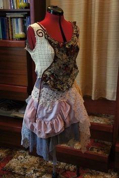 Gypsy+šaty+Marika+-+Alice+Extravagantní+šaty+mají+základ+ušitý+z+šedé+síťoviny,+která+je+doplněna+asi+10ti+různými+materiály.+Šaty+jsou+ozdobeny+stužkami,+šňůrkami,+síťovinou.+Velikost+je+cca+36+na+postavu+asi+160+až+170+cm+vysokou.+Šaty+se+hodí+pro+odvážnou+a+extravagantní+dívku+na+běžné+nošení,+ale+také+na+letní+párty,+na+gypsy+ples,+na+karneval.
