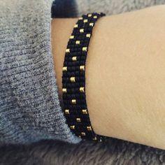 Pulsera negra y dorada en tejido de perlas: Pulsera de lottie-jewels. - #de #dorada #en #lottiejewels #negra #perlas #Pulsera #Tejido - Photo Blog