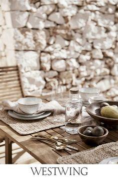 Wir starten die Saison für schöne und gemütliche Stunden auf dem Balkon & Garten! Ob Sonnenuntergang oder Frühstück im Freien – wer aus der Wohnung auf die Terrasse hinaustreten kann, hat bereits ein ganzes Stück Freiheit gewonnen. Unser Favorit: Besteck-Set Shine! // Interior Inspo Deko Dekoration Wohnideen Home #balkon #boho #sommer #cozy #outdoor #tischdeko #tablesetting #besteck #gold #holz #tisch #leinen #geschirr #skandi Summer Furniture, Mirror Wall, Outdoor Design, Wabi Sabi