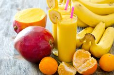 A mango smoothie to improve your sex life and turn back time? Mangoes are a rich source of vitamin E, which regulates sex hormones. Apple Smoothies, Healthy Smoothies, Green Smoothies, Healthy Juices, Juicer Recipes, Nutribullet Recipes, Smoothie Recipes, Protein Shake Recipes, Cleanse