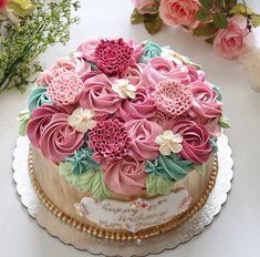 Gold Flower cake 90th Birthday Parties, Mum Birthday, Birthday Cakes, Birthday Ideas, Cake Cookies, Cupcake Cakes, Cupcakes, Buttercream Flower Cake, Floral Theme