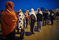 Budapest le 4 et 5 septembre 2015, en prenant le bus pour l'Autriche nous amenant sans un camp de réfugiés à Nickelsdorf à la frontière Austro Hongroise, avec des immigrés Afghans Zabihullah Sharifi 28 ans avec sa femme Bushre 24 ans et leur fille d'une année Behsa, dans des conditions extrêmement difficile au lever du jour sous la pluie les autorités autrichiennes les ont pris en charges avec 2000 migrant venant des pays du moyen orient, tous partis de la gare de Keleti de Budapest. ©… Bus, Afghans, Budapest, Wrestling, 28 Years Old, Middle East, In The Rain, Austria, Train Station