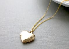 Lockets Gold Heart Locket Necklace - Gold Heart Locket I've always wanted one of these. I hope I will have the privilege of owning one someday! Gold Heart Locket, Heart Locket Necklace, Heart Of Gold, Gold Necklace, Cute Jewelry, Gold Jewelry, Jewelry Box, Jewelry Accessories, Jewelry Design