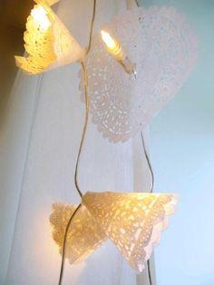 Met papieren doilees maak je leuke partylights van je oude kerstlampjes.
