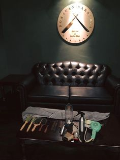Hoy cumplimos un año de haber comenzado el proyecto y sueño de Don Juan Barbería.  El día 15 de Diciembre del 2014 abrimos las puertas para ustedes y estamos demasiado orgullosos de contar con ustedes: Los Don Juanes; en breve subiremos las promociones que contaremos por aniversario.  Para conmemorar una foto de los primeros días de la barbería.  Feliz aniversario Don Juanes!