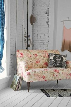 This is an example of hard elements on a floral sofa. Floral sofa mixed with urban style. Shabby Chic Bedroom Furniture, Shabby Chic Sofa, Muebles Shabby Chic, Shabby Chic Bedrooms, Shabby Chic Kitchen, Shabby Chic Homes, Shabby Chic Decor, Home Furniture, Apartment Furniture