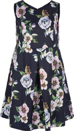 Denne smukke kjole fra Zizzi er lavet i et fint blomster, som giver kjolen et feminint look.  Kjolen er perfekt til en af sommerens fester.  Style denne kjole med et par høje hæle for et feminint og moderne outfit.
