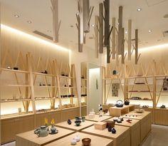 Masters Craft Palace Hotel Tokyo, située dans le quartier de Chiyoda-ku à Tokyo, cette boutique d'objets artisanaux japonais a été aménagée par Akemi Katsuno et Takashi Yagi de l'agence japonaise Love The Life.
