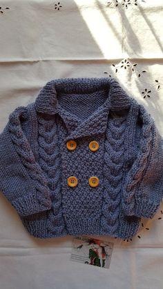 Gilet en 12 mois tricoté main avec son point de blé et torsades en bleu