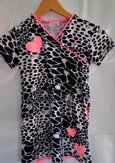 Een neon accentje geeft dit zwart witte tricot jurkje een zomers tintje!