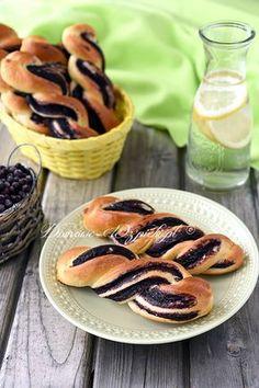 Drożdżówki z budyniem jagodowym Polish Recipes, Polish Food, Donuts, Cookie Recipes, Food And Drink, Bread, Cookies, Baking, Ethnic Recipes