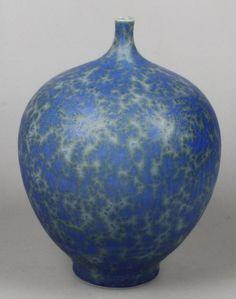 Vase en porcelaine avec le cristal glaçure en bleu et vert par Hein Severijns. Hauteur environ 16,5 cm.