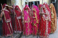 """Mulheres hindus se preparam para celebrar o """"Lathmar Holi"""", também conhecido como o Festival das Cores, na vila Nandgaon. Índia, 15 de março de 2011."""