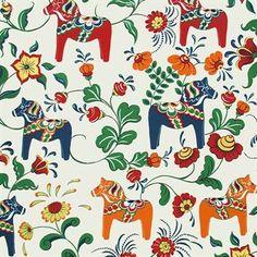 Det charmiga Dalahäst tyget kommer från det svenska varumärket Arvidssons Textil och är designat av Carola Bengtsson-Malmström. Tyget är tillverkat i bomull och har ett roligt mönster som mixar det typiska allmogemönstret Kurbits med den klassiska dalahästen. Tyget passar utmärkt att använda som gardin men kan även användas som bordsduk eller till kuddfodral. Kombinera tyget tillsammans med andra härliga produkter från Arvidssons Textil för att skapa en fin och ombonad känsla i ditt hem…