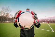 Goalkeeper Training on Your Own : The Best Solo Goalkeeper Drills Soccer Tips, Soccer Games, Play Soccer, Goalkeeper Drills, Goalkeeper Training, Sc Freiburg, Champions League, Real Madrid, Bundesliga Live
