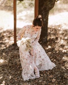 Brides with Boho-chic soul. Bridal, Girl Pictures, Boho Chic, Victorian, Dresses, Girls, Fashion, Husband Wife, Daytime Wedding