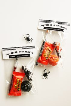 Such cute Halloween Treat Bags Toppers from And so easy to make using Avery Bags and Toppers. No scissors or glue needed, halloween treats Cute Halloween Treats, Halloween Party Favors, Halloween Treat Bags, Halloween Gifts, Holidays Halloween, Happy Halloween, Halloween Ideas, Homemade Halloween, School Holidays