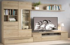 Exclusiva composición de salón de 275 cm, fabricado con tablero de partículas de madera recubierta con chapa melaminizada de efecto natural de 16 mm y con cantos en PVC, resistente a rayaduras y manchas, guías metálicas reforzadas de extracción recta, con cierre amortiguado y regulables en altura, bisagras reforzadas y regulables, tirador aluminio. Luces LED opcionales. Modern Bookshelf Design, Wadrobe Design, Living Room Wall, Apartment Decor, Living Room Wall Designs, Space Saving Furniture, Living Room Bar, Living Room Tv Unit Designs, Living Room Tv Wall