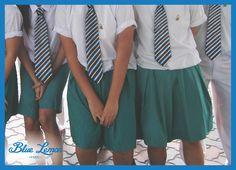 [Le saviez-vous ?] Créées en Angleterre, les cravates à rayures indiquaient selon la couleur l'appartenance à tel club ou telle école. #lsv #cravates #rayures #angleterre #bluelemoinparis Short Sleeve Dresses, Dresses With Sleeves, Club, Fashion, Ties, England, Stripes, Color, Moda