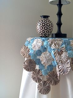 Items similar to DIY Table Cover, How to Cloth Table Covers, How to Make Table Runners on Etsy Easy Sewing Projects, Sewing Crafts, Cloth Table Covers, Yo Yo Quilt, Patchwork Table Runner, Deco Floral, Sewing Table, Deco Table, Table Toppers