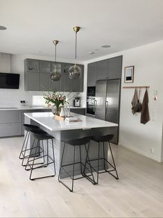 Grey kitchen ideas brings an excellent breakthrough idea in designing our kitchen. Grey kitchen color will make our kitchen look expensive and luxury. Kitchen Interior, Interior Design Living Room, Kitchen Decor, Kitchen Ideas, Kitchen Modern, Kitchen Designs, Coastal Interior, Minimal Kitchen, Eclectic Kitchen