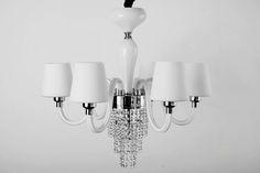 Люстра из белого стекла ,на шесть рожков , с матовыми абажурами , выполнена в современно - классическом стиле . В вашем интерьере выполнит роль ка элемент декора , и великолепно осветит вашу площадь .