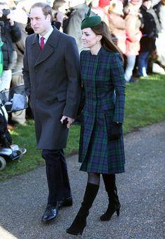 Fashion-Looks: Zum traditionellen Weihnachtsgottesdienst in Sandringham hat sich Herzogin Catherine für ein schon bekanntes Mantelkleid im Schotten-Look entschieden, welches sie farblich mit grünem Hütchen abstimmt.