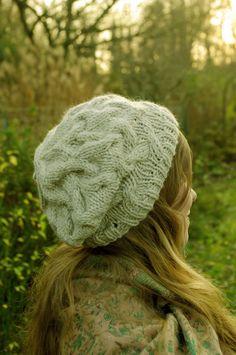 Un joli modèle de bonnet slouchy, ample, pour femme avec des torsades qui se rejoignent pour former un beau dessin. Idéal comme cadeau à offrir.