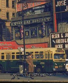 New York City street scene, c. Photo credit: Walker Evans — in New York, New York. Old Pictures, Old Photos, Vintage Photos, Gordon Parks, Missouri, Vintage Photography, Street Photography, Travel Photography, New York City