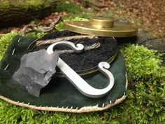 Hudson Bay Tin with char cloth, jute, flint and steel striker. Flint Striker, Flint And Steel, Longhunter, Bushcraft Camping, Hudson Bay, Walk In The Woods, Fire Starters, Primitive Crafts, Mountain Man