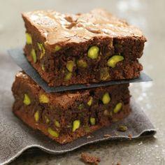 Brownie aux pistaches grillées, sauce au chocolat et noix de pecan caramélisées