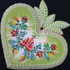 Hungarian Embroidery Design Mézesmanna impresses again! Beautiful Hungarian embroidery rendered in icing and gingerbread Lace Cookies, Heart Cookies, Royal Icing Cookies, Cupcake Cookies, Sugar Cookies, Yummy Cookies, Cupcakes, Cookie Icing, Cookie Favors