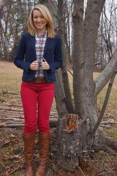 Para seguir las tendencias usa un blazer azul marino y unos vaqueros pitillo rojos. Este atuendo se complementa perfectamente con botas de caña alta de cuero marrónes.
